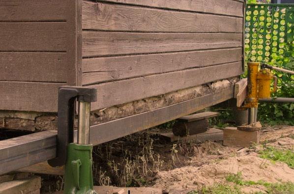 Как поднять старый деревянный дом своими руками